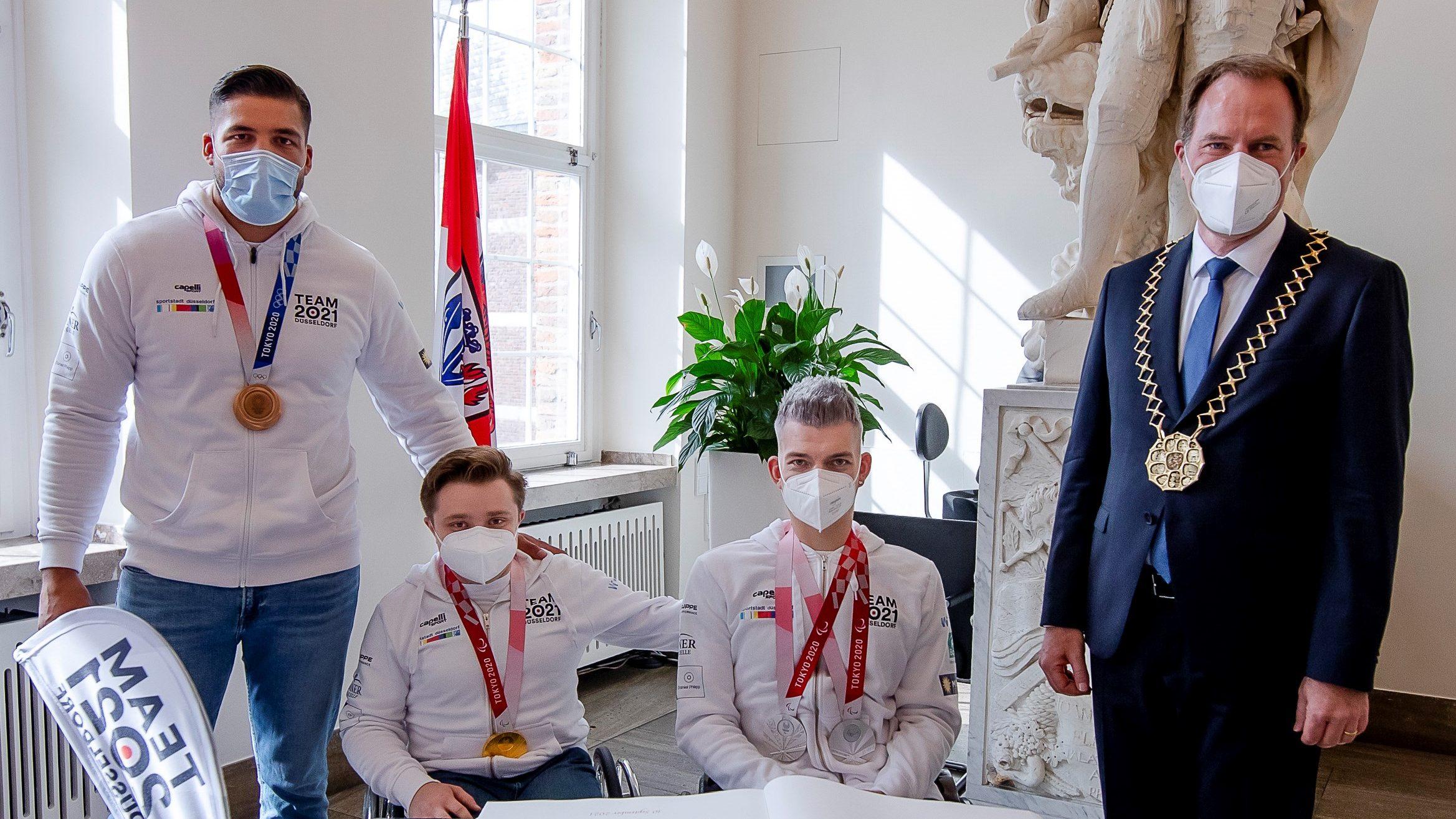 Medaillengewinner tragen sich in das Goldene Buch ein*Rathaus-Empfang für Olympische und Paralympische Düsseldorfer Teilnehmer